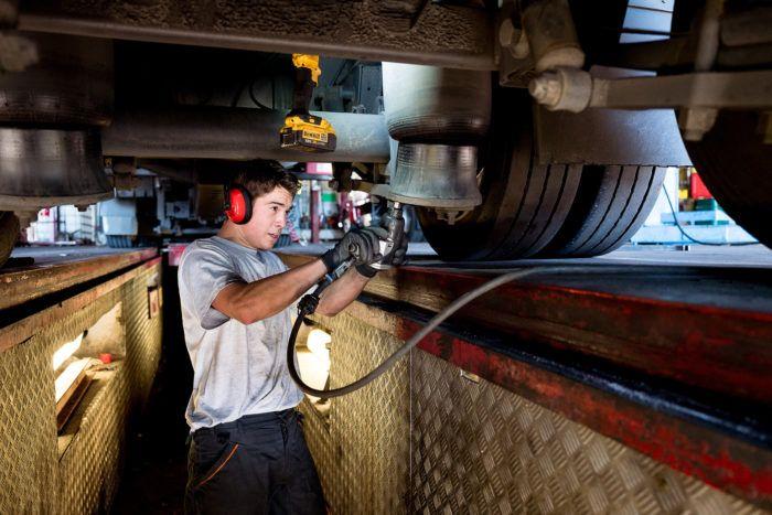 Hyper volume - garage employé spécialisé dans la réparation des poids-lourds